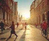 pessoas-caminhando-ao-sol