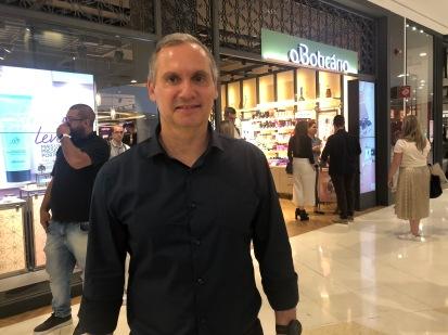 Osvaldo Moscon, diretor do Boticário, comandando o evento
