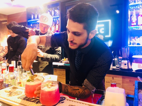 Etilic, Bartender Gui Araujo criando sua 'Grace Kelly' — EAT'S ON