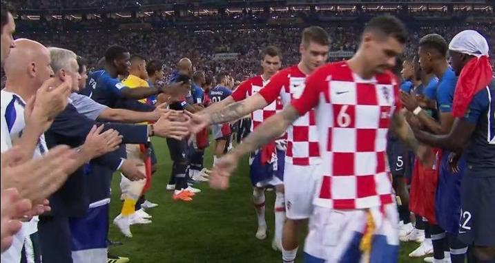 franceses-fazem-corredor-para-croatas-passarem-1531675657189_v2_750x421.jpg