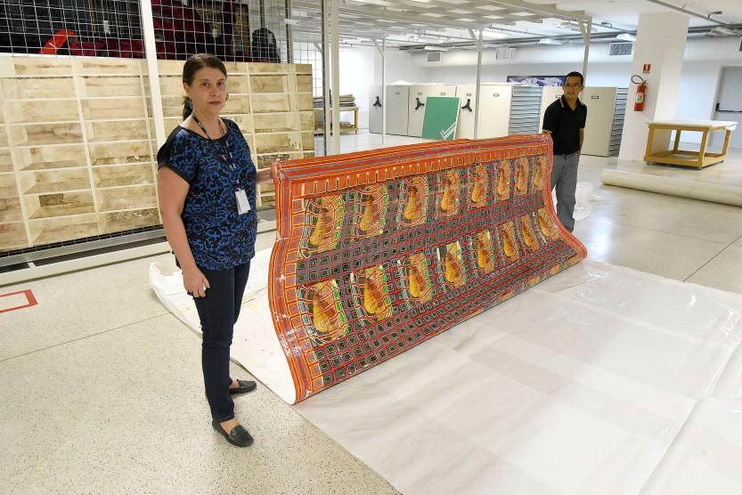 Foto_Kraw Penas- Diretora do MAC-PR, Lenora Pedroso, no Museu Oscar Niemeyer segurando uma das obras do acervo do MAC