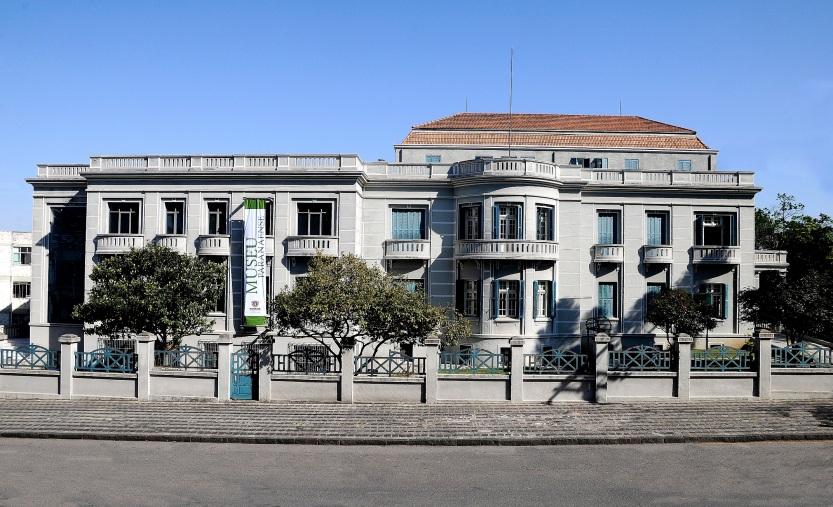 MuseuParanaenseFachada.jpg