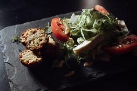 mix de salada com bolinho de falafel, queijo minas e mostarda tostada