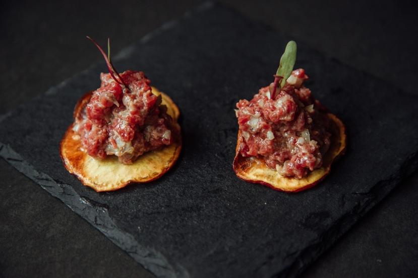 Tartar_de_mignon_no_chips_de_batata_doce_GastroNight_+55_Bar_créd._Jennyfer_Almeida