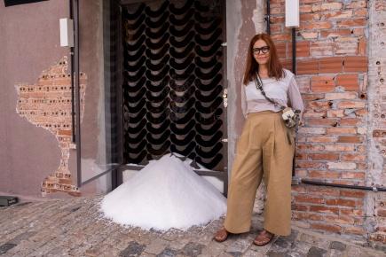 Angela_Guerra-intervenção_artística_com_350_kg_de_Sal_Diana_créd._Carlos_Glock