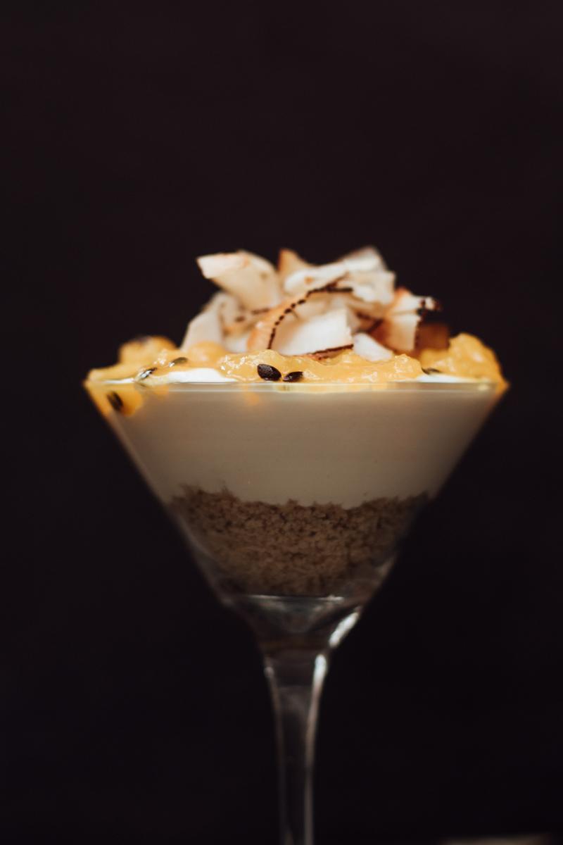 Cheesecake_vegana_de_frutas_amarelas_servido_na_taça_GastroNight_+55_Bar