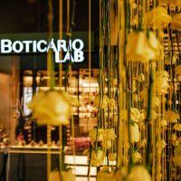 O Boticário Lab apresenta instalação com 3 mil rosas no Pátio Batel