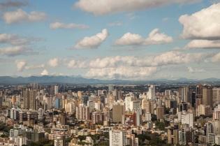 Vista da Torre da Oi, para o Centro, com a Serra do Mar ao fundo. Foto: Pedro Ribas/SMCS