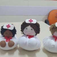 Dia mundial da enfermagem: Voluntários homenageiam equipes em hospitais com mais de mil bonecas de fuxico